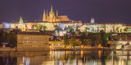 Das Prager Schloss bei Nacht - auch Prag hat für Paare sehr viel zu bieten.